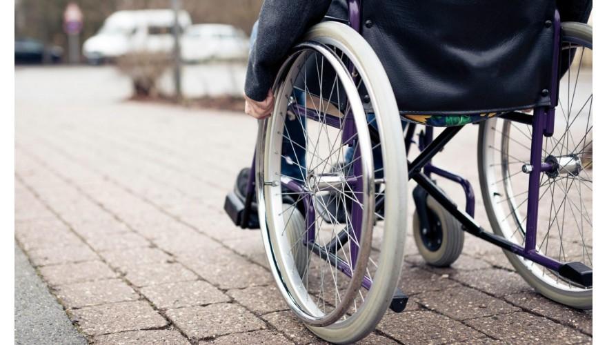 Вызов инвалидом сотрудника у полок. Способ №1