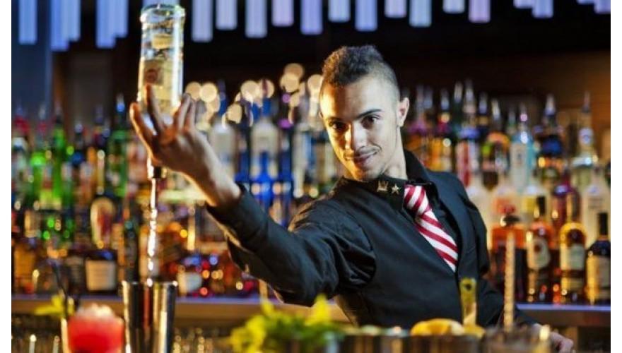 Вызов официанта барменом ресторана или кафе